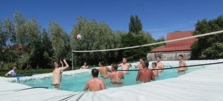Pool-Volleyball am Dorfweiher