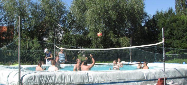 Pool-Volleyball und Spontanfete am Dorfweiher