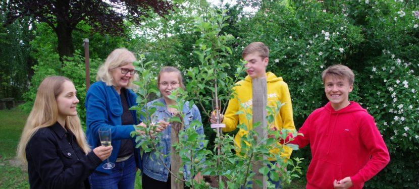 Apfelbaumpflanzung der Konfirmanden